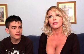 Cincuentona Tetona abusando de un adolescente de 18 ¡Es una cougar!