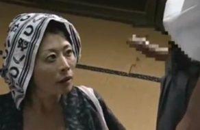 imagen Madre japonesa sabe que tiene que follarse a su propio hijo