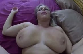 Esposa gordita se abre de piernas fácilmente