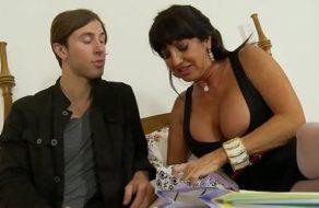 imagen Madre con ganas de sexo seduce a su hijo para que la penetre bien fuerte sin dudarlo