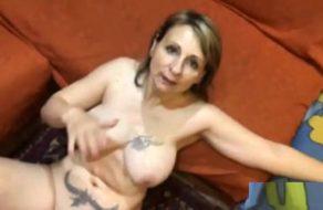 imagen Milf tatuada le demuestra a su marido lo cerda que es