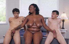 Negra gozando como una putita con un par de adolescentes ¡Que buenas tetas!
