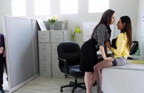 Pillo a la jefa y a la secretaria follando en la oficina y las convenció de hacer un trio