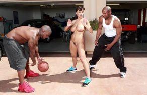 imagen Jugando básquet desnuda con un par de ex convictos ¡Tenia ganar de ser violada!