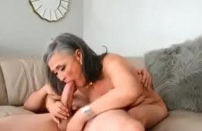 imagen Anciana viciosa lamiéndole los huevos a un crio de 20 añitos ¡Es una puta!