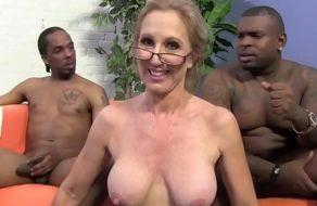 imagen Cincuentona con un par de ex convictos afroamericanos ¡Le partieron la concha!