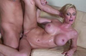 Holly Sampson entregándose por completa a un calvo dotado ¡La follan durísimo!