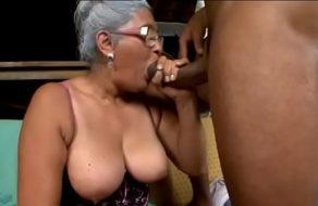 Abuela brasileña lamiéndole los huevos a un negro dotado ¡Que buenas tetas!