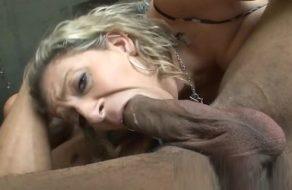 Sexo salvaje con una rubia tetona a la que le gustan las pollas grandes