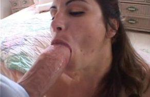 Sexy milf comiéndose un buen pollon ¡Se lo mete todo en la boca!