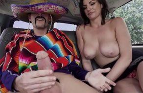 Gringa puta comiéndole los huevos a un inmigrante mexicano