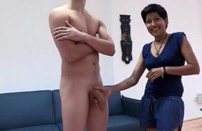 La mujer de limpieza comiéndole el rabo al hijo de su jefa ¡es una putita!