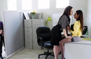 Pillando a la Gerente y a la secretaria follar en la oficina
