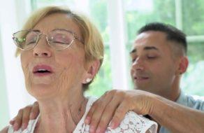 Partiéndole el culo a una abuela cachonda ¡A la vieja le gusta el morbo!