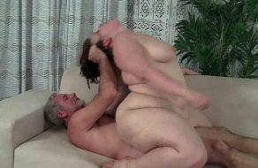 Follando duro a una gorda deliciosa ¡La tía se entrega toda!