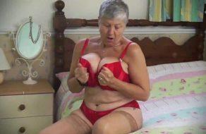 Sexy abuela masturbándose solita en casa ¡Esta buenísima!
