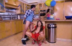 Chupándosela al mejor amigo de su esposo en la fiesta