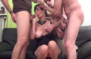 Tres jovencitos bien dotados partiéndole el culo a una madura viciosa
