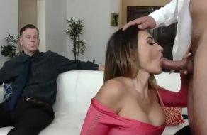 Chupándosela a otro hombre en frente de su marido ¡es una puta!