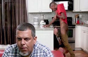 Mira la televisión sin darse cuenta que a su esposa la están follando