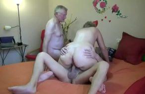 Trio en el ancianato ¡La puta quería deslechar a dos sementales!