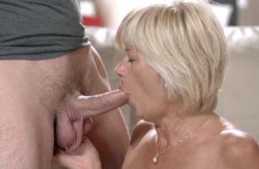 Abuela zorra se folla al amigo de su nieto