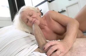 Abuela masturbándose termina follada por un semental