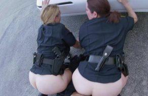 Metiéndoselo a dos policías maduras en medio de la calle