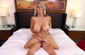 Abuela siliconada es follada a lo bestia en un casting porno