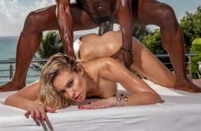 Rubia infiel se folla a un negro en su viaje de casados
