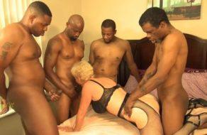 Vieja rubia follada en grupo por un montón de negros