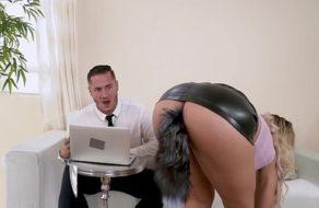 Secretaria muy zorra pone caliente a su jefe para que la folle