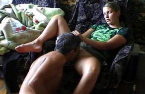 Su esposo le come el coño antes de follársela
