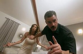 Cornudo ve cómo un policía abusa y se folla a su mujer