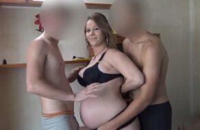 Embarazada española quiere que se la follen dos jovencitos
