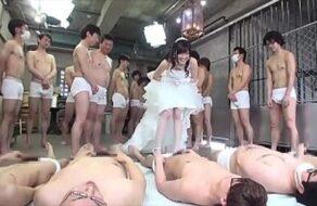 Zorra infiel hace una gangbang con 100 hombres antes de casarse