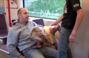 Zorra viciosa hace un trío follando en el tren