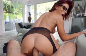 Adriana Chechik visita a un vecino para que le folle el culo