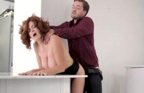 Un becario de su oficina la visita en casa para follarla