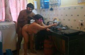 Esposa india follada a cuatro patas en la cocina