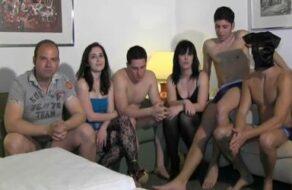 Maduras liberales folladas en una orgía con un montón de machos