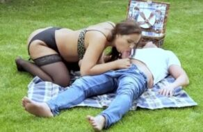 Su hijo la graba mientras está follando con su novio en el jardín