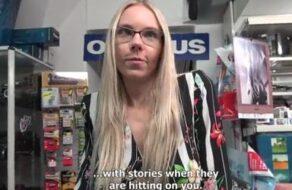 Dependienta de tienda convencida para una sesión de sexo anal